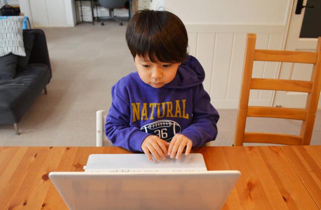 オンライン学習する小学生